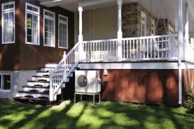 Selon l'endroit ou est installé l'unité extérieure d'une thermopompe murale, elle peut porter sur des équerres d'aluminium ou, comme ici, sur une table d'aluminium.